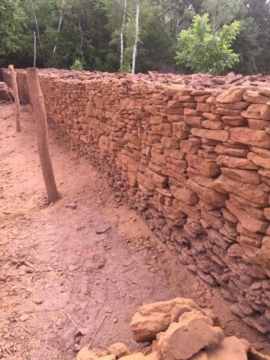 herstelde muur langs noord flank
